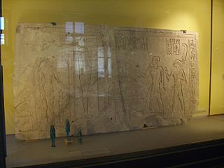 Bas-relief of Shedsunefertum appearing before Phtah-E 25680