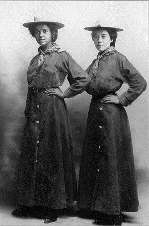 Minerva Teichert - Minerva Teichert (then Kohlhepp) at age 20 (on the right) with her sister Eda (age 16)