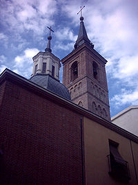 La iglesia de San Nicolás de los Servitas es la más antigua de Madrid, sin contar el desaparecido edificio que habría en el lugar de la actual Catedral de la Almudena. La torre-campanario, de estilo mudéjar, aún conserva la estructura original del siglo XII, aunque rematada por un chapitel barroco.