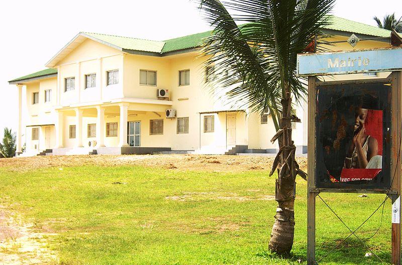 File:Mairie de Cocobeach au Gabon.jpg