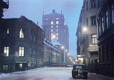 Malmskillnadsgatan 1946 og samme sted i året 2008, Kongetårnene ses i baggrunden.