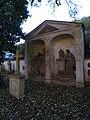 Malostranský hřbitov, náhrobky ve výklencích u jižní zdi u parkoviště.jpg