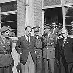 Miitairen en burgers poseren, waaronder prins Bernhard en luitenant-kolonel CH, Bestanddeelnr 900-5812.jpg