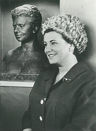 Mimi Coertse - Mimi Coertse in Johannesburg, next to a sculpture depicting her