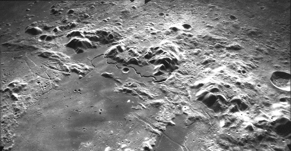 Montes Apenninus AS15-M-1423