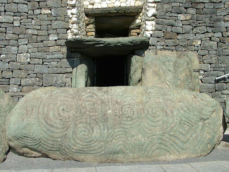 Newgrange Eingang Stein.jpg