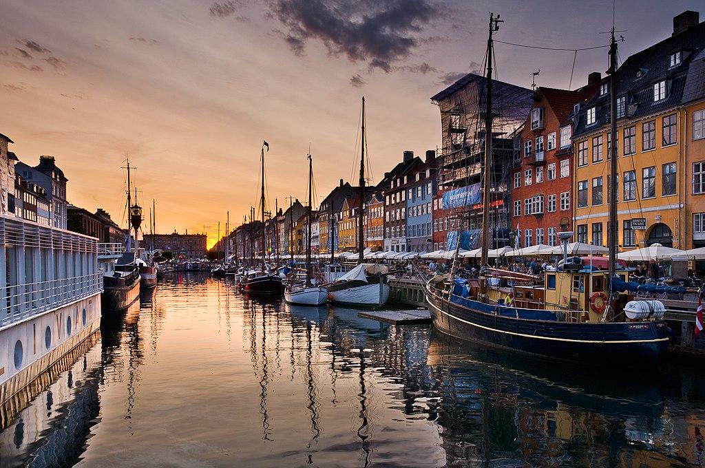 Le canal de Nyhvn à la nuit tombée à Copenhague - Photo de Julian Herzog