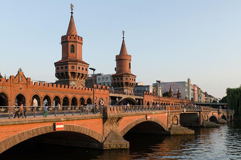 Pont Oberbaum à Berlin entre les quartier des Kreuzberg et Freidrichshain - Photo de DXR