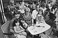 Opdracht Parool mevrouw Weismuller met een gezin op terras Americain Amsterdam, Bestanddeelnr 924-7185.jpg