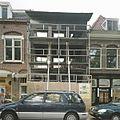 Overzicht van de voorgevel na de brand, met steigerdelen ervoor - Nieuwegein - 20388494 - RCE.jpg