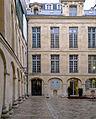 P1220877 Paris IV quai d'Anjou n°17 hotel de Lauzun rwk.jpg
