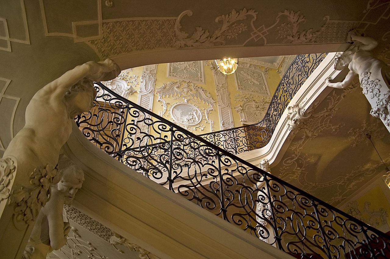 1280px-Palais_Preysing_-_München_-_Treppenhaus_Detail_10.jpg?uselang=de
