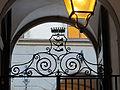 Palazzo Bardi-Guicciardini, cortile 03 stemma guicciardini su inferriata.JPG