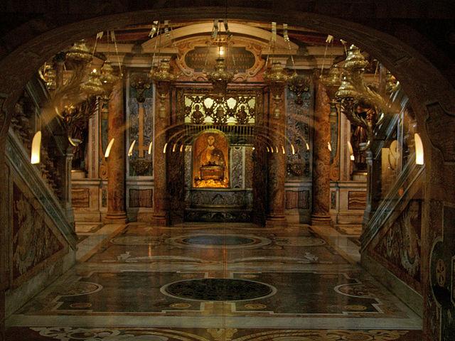 Tumba de San Pedro en la Capilla Clementina, como se ve desde las Grutas Vaticanas. Fuente: Wikipedia