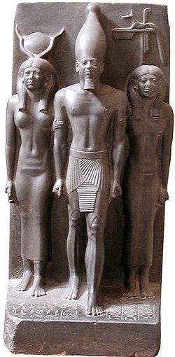 Pharaoh Menhaure triad statue, Caire-Musée.jpg