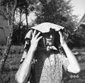 Pokrivalo iz lapuhovega perja - proti dežju ob delu na polju 1964 (2).jpg