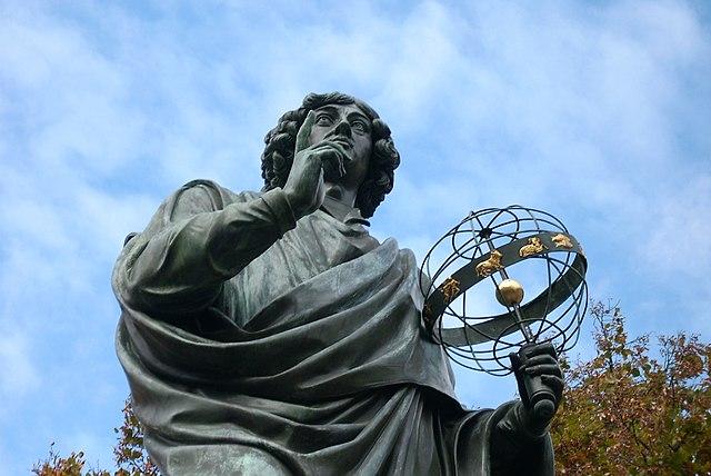 Monumento a Nicolás Copérnico en Torún, Polonia