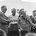 Prins Bernhard bij finish ronde van Nederland, Prins Bernhard en Jo de Roo, Bestanddeelnr 917-7788.jpg