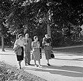 Rechts mevrouw Löwenstein en 2e van rechts Hilde Eschen in het Kurpark van Bad M, Bestanddeelnr 254-1860.jpg