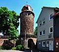 Rest der mittelalterlichen Befestigung, Klausturm mit Durchgang - panoramio.jpg