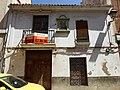 Retablo cerámico de la Virgen al pie de la Cruz de la calle San Juan 01.jpg
