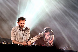 "Stephen e David Dewaele si esibiscono come i ""2 Many DJs"" nel 2007"