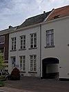 foto van Huis met brede, ten dele gepleisterde lijstgevel