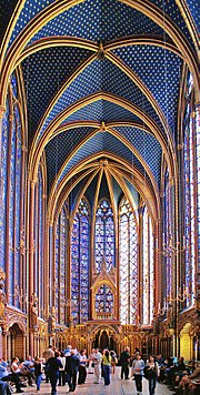 Innenraum von Sainte Chapelle mit bemaltem Mauerwerkgewölbe und Glasmalerei