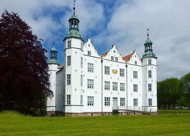 Schloss Ahrensburg Mai 2015.jpg