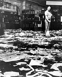 Schoonmaker veegt de vloer na de beurskrach van 1929 - Cleaner sweeping the floor after the Wall Street crash, 1929 (5372590938).jpg