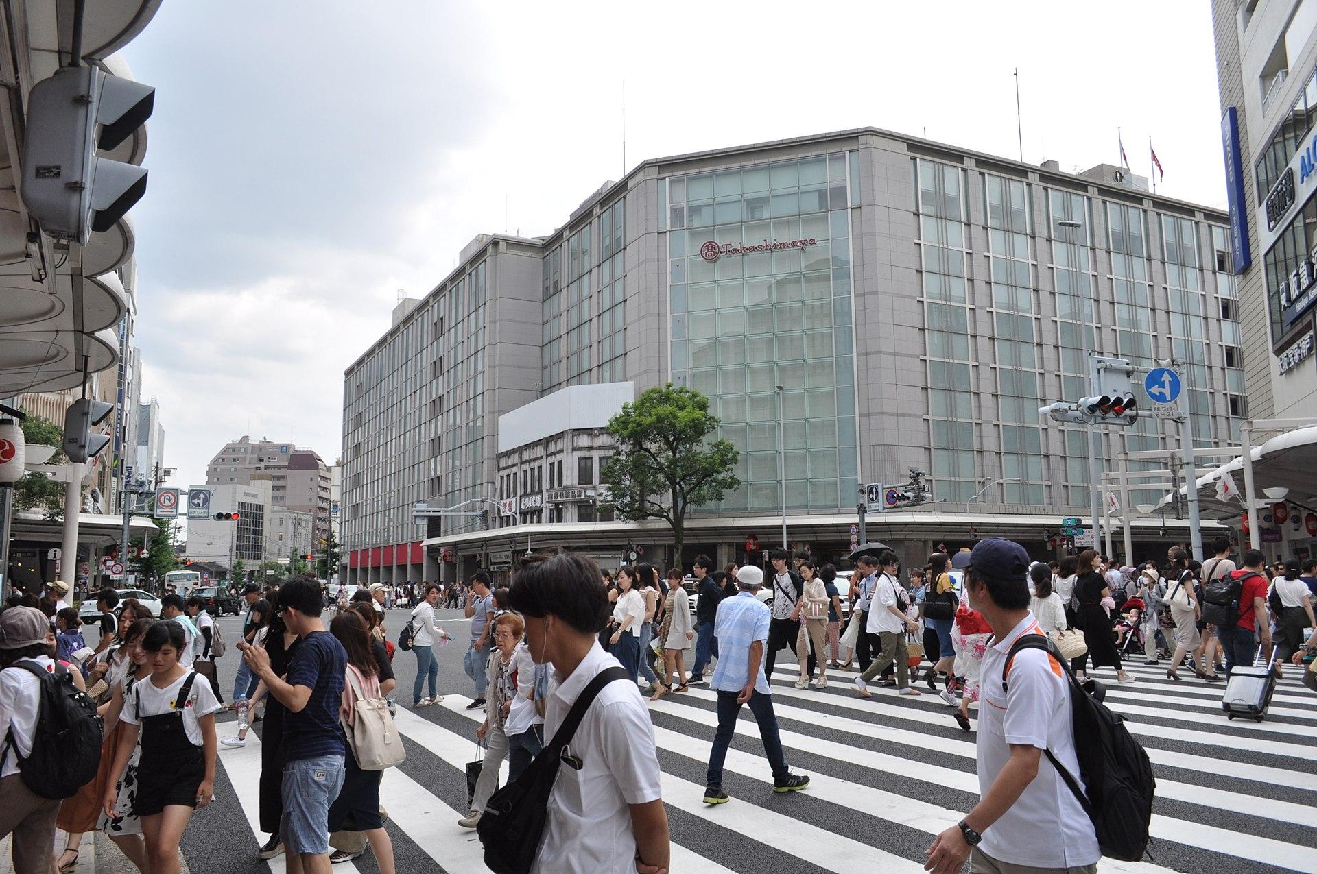 https://upload.wikimedia.org/wikipedia/commons/thumb/7/70/Shijo_Kawaramachi-2.jpg/1920px-Shijo_Kawaramachi-2.jpg