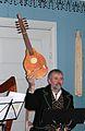 Sister er et gammelt strengeinstrument som ligner på gitar.jpg