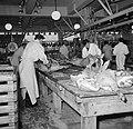 Slagers aan het werk in het deel van de vleeshallen waar varkens verwerkt worden, Bestanddeelnr 252-9067.jpg