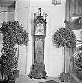 Staande klok te midden van sierbomen (vermoedelijk cadeaus bij receptie), Bestanddeelnr 255-8478.jpg