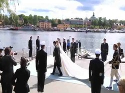 Fil:SwedishRoyalWeddingBrideAndGroomLeavesOnABoat full.ogv