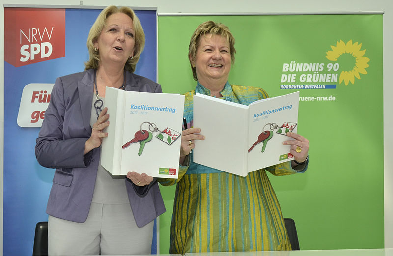 Datei:Sylvia Löhrmann und Hannelore Kraft mit dem unterzeichneten Koalitionsvertrag.jpg