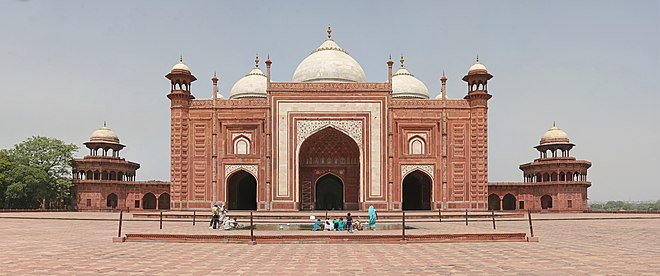 The western building, a mosque, faces the tomb. Taj Mahal Mosque, Agra.jpg