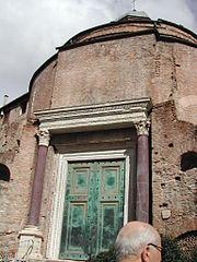Tempio di Romolo al Foro 01-0410.JPG