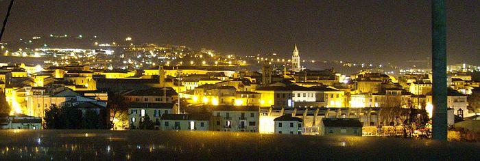 Veduta panoramica notturna di Teramo