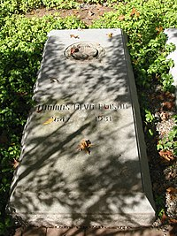 Thomas Edison National Historical Park - Edison's grave 2.jpg
