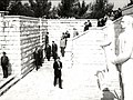 Tito polaže venac na spomeniku Partizanu-borcu.jpg