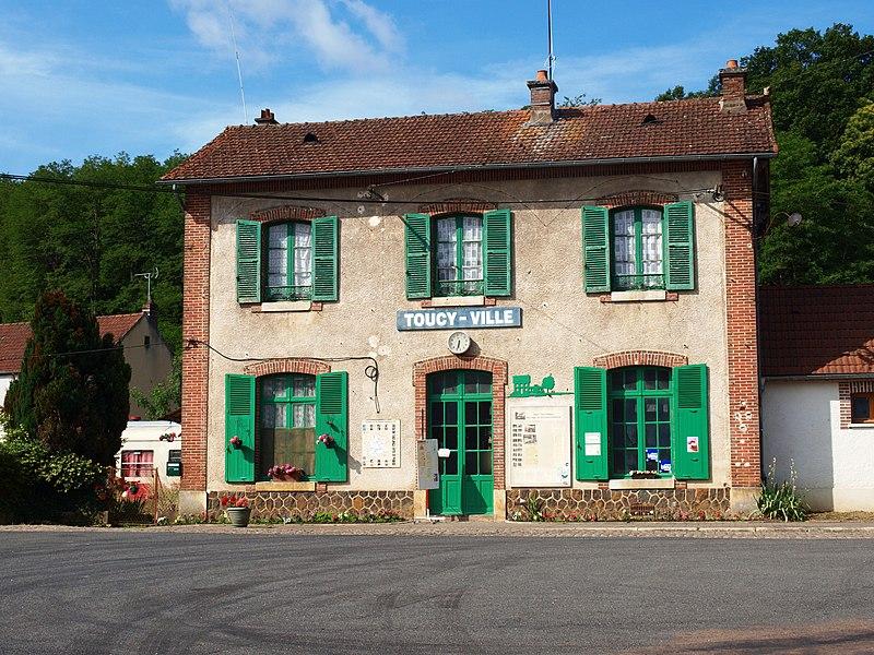 Toucy  (Yonne, France); la gare et ses alentours.