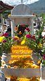 Tumba decorada con flores.JPG
