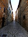 Via medievale adiacente alla Piazza della Torre del Candeliere.jpg