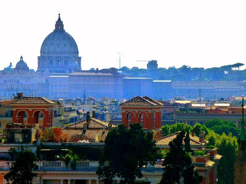 Coupole de Saint Pierre de Rome domine l'horizon - Photo d'Armand 69.
