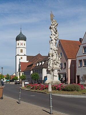 Wallerstein, Bavaria - Image: Wallerstein, die Pestsäule Dm D 7 79 224 7 en die katholische Pfarrkirche Sankt Alban Dm D 7 79 224 1 foto 5 2016 08 04 09.39