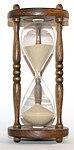 Ett timglas som mäter hur mycket tid som förflutit. Timglaset var en av de tidigaste tidmätarna