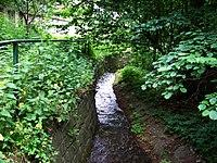 Zbraslav, Záběhlický potok, zpevněné koryto, po proudu.jpg