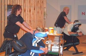 English: Chair massage at Novell BrainShare 2007.