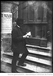 Émile Pataud frente al Lycée Voltaire en París, 9 de septiembre de 1908.